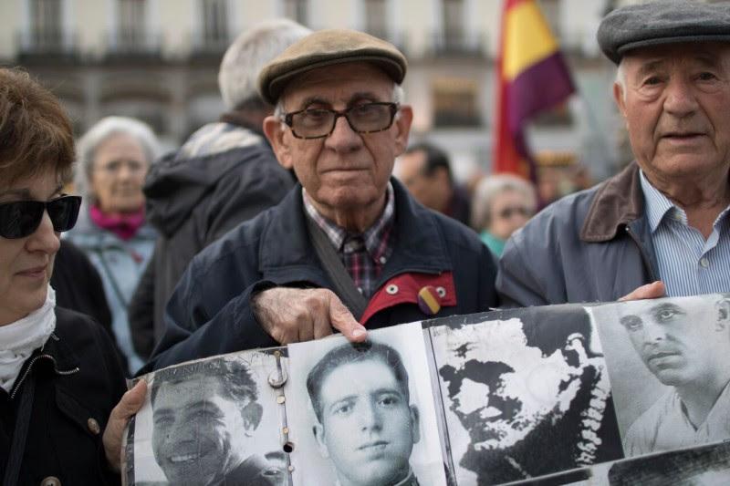 <p>FranciscoOlmos señala una fotografía de su padre.</p>