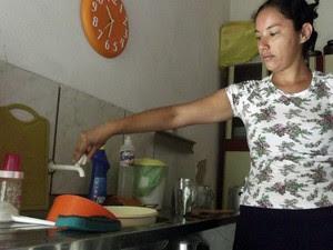 Dona de casa em Carnaúba dos Dantas, RN, mostra que não há água nas torneiras  (Foto: Anderson Barbosa/G1)