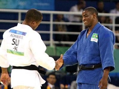 Judoca Eduardo Santos cumprimenta adversário em 2008