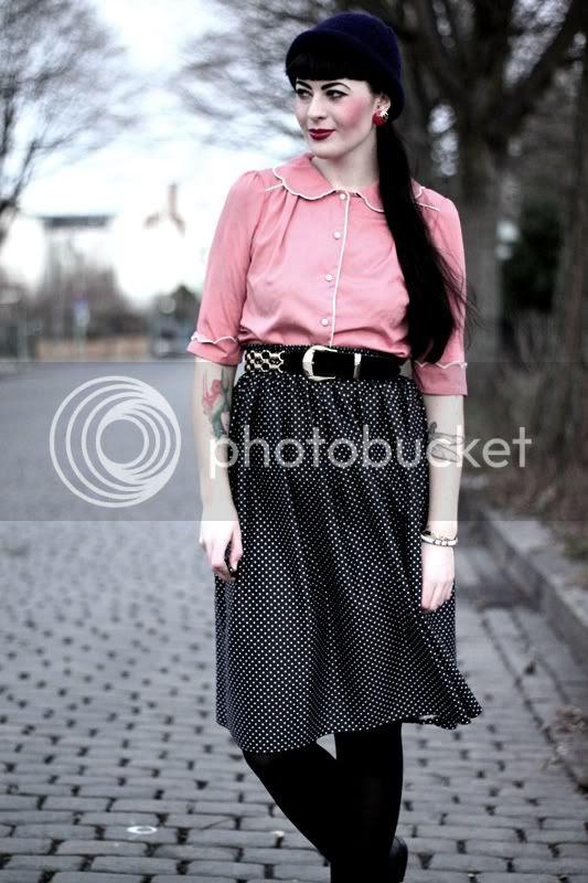 vintage outfit, rosa primark bluse bubikragen, pünktchenrock, schwarze budapester, gürtel gold, dunkelblaue mütze