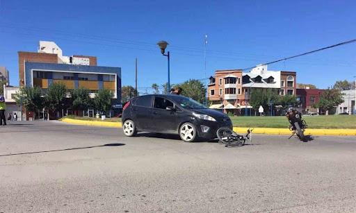 Una ciclista herida tras ser colisionada por un auto