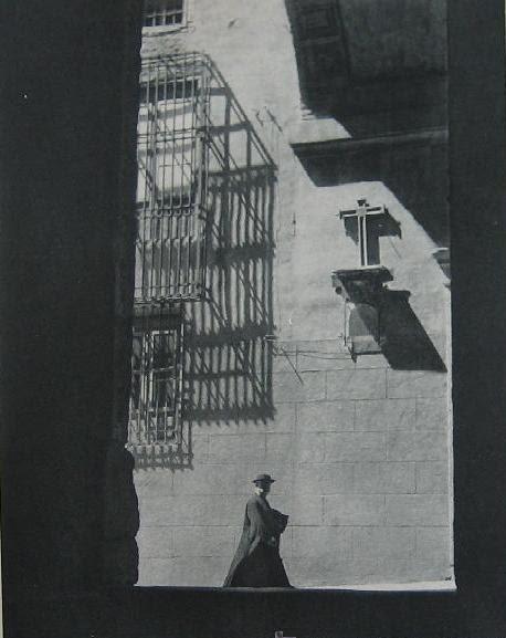 Un sacerdote pasa bajo el Arco de Palacio hacia 1955
