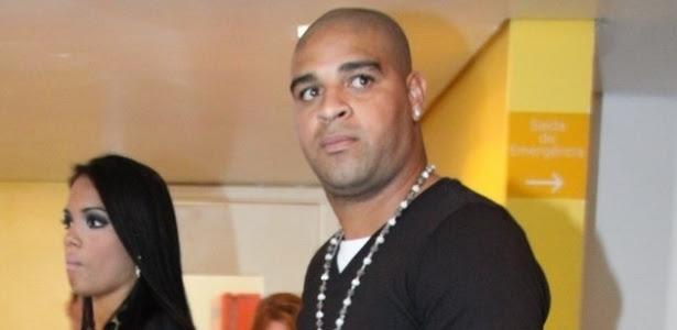Adriano, foi acompanhado por uma morena ao show de pagode, em setembro