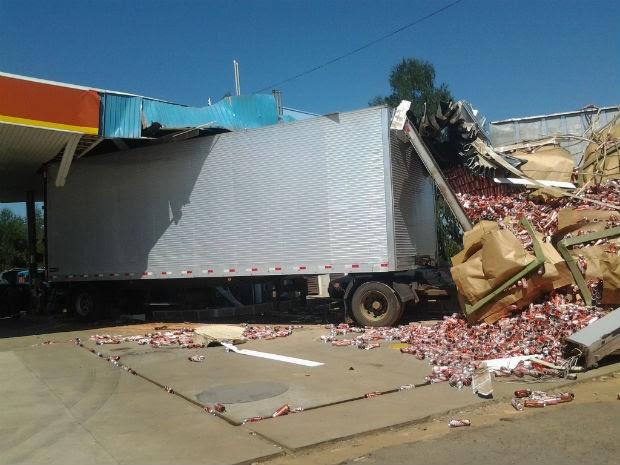 Caminhão carregado com cerveja invadiu um posto de combustíveis na PR-092, em Wenceslau Braz (Foto: Odair José/Arquivo Pessoal)