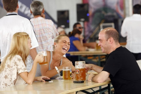 Amigos tomando cerveza.   José Cuéllar