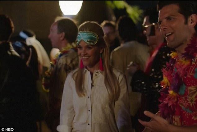 Beaming: Reese radiante em uma capa de olhos azuis e brincos rosa olhar - que é uma ode ao personagem de Audrey Holly Golightly no café da manhã no Tiffany's