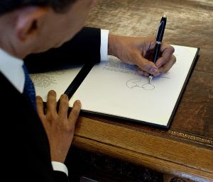 Image: President Barack Obama his desk in the Oval Office, White House, Pete Sousa, Public Domain