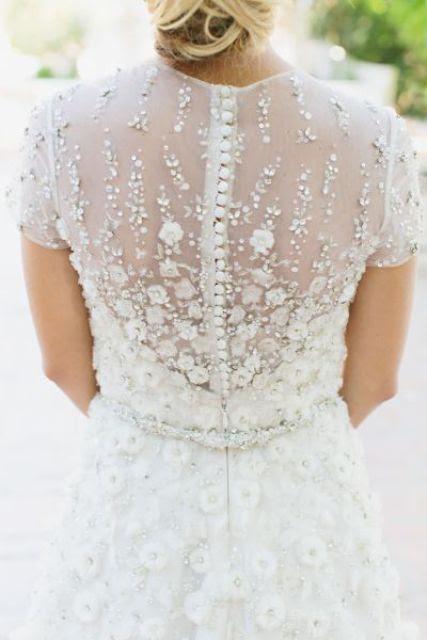 Blume applique winter brautkleid auf eine Reihe von Schaltflächen für eine romantische Braut