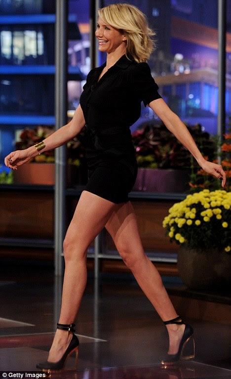 Pernas onze: Cameron Diaz desfilou seus pinos tonificada e bronzeada em um curto coxa-skimming pouco vestido preto no The Tonight Show com Jay Leno na noite passada