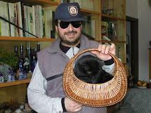 Claudio Martinotti con gatto da asporto