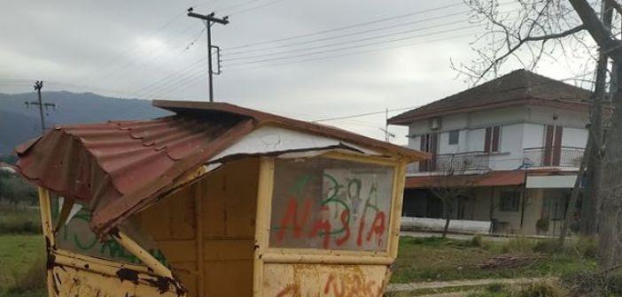 Κατεστραμμένη στάση λεωφορείων στον οικισμό Άγιο Στέφανο (Παπαδάτου Ξηρομέρου) (ΔΕΙΤΕ ΦΩΤΟ)