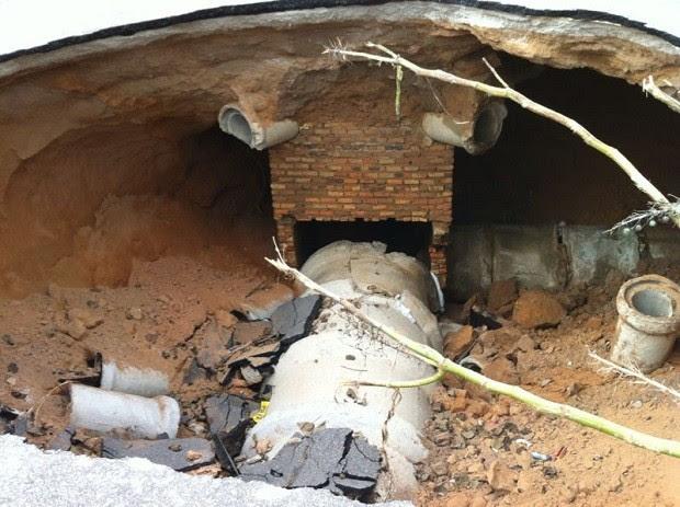 Corpo de Bombeiros do RN interditou entorno do buraco aberto pelas chuvas em Natal (Foto: Caroline Holder/G1)