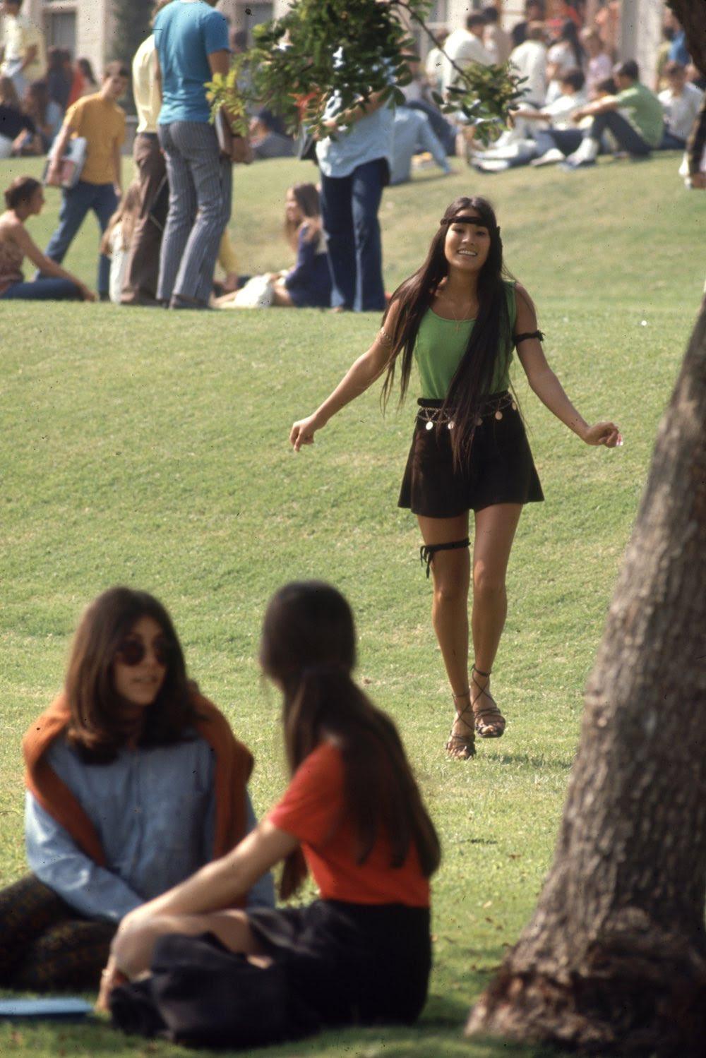 Estas colegiais dos anos 60 se vestiam bem, inclusive para hoje em dia 02