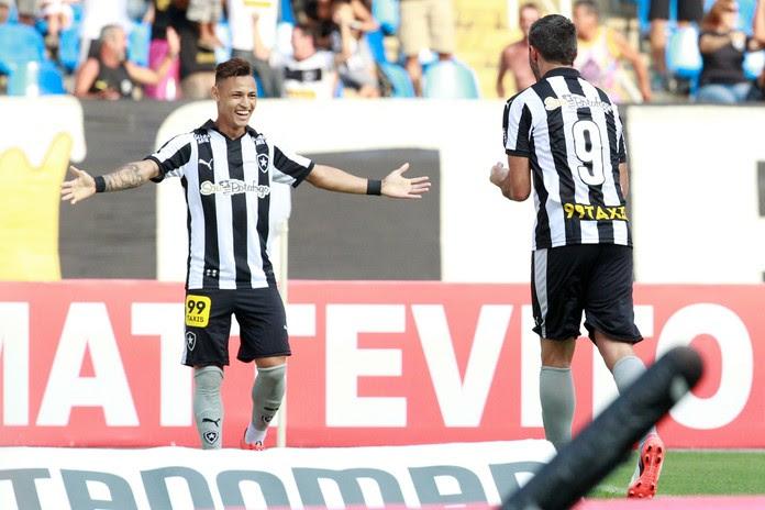 Navarro e Neilton comemoram gol do Botafogo (Foto: ROBERTO FILHO/ELEVEN/ESTADÃO CONTEÚDO)