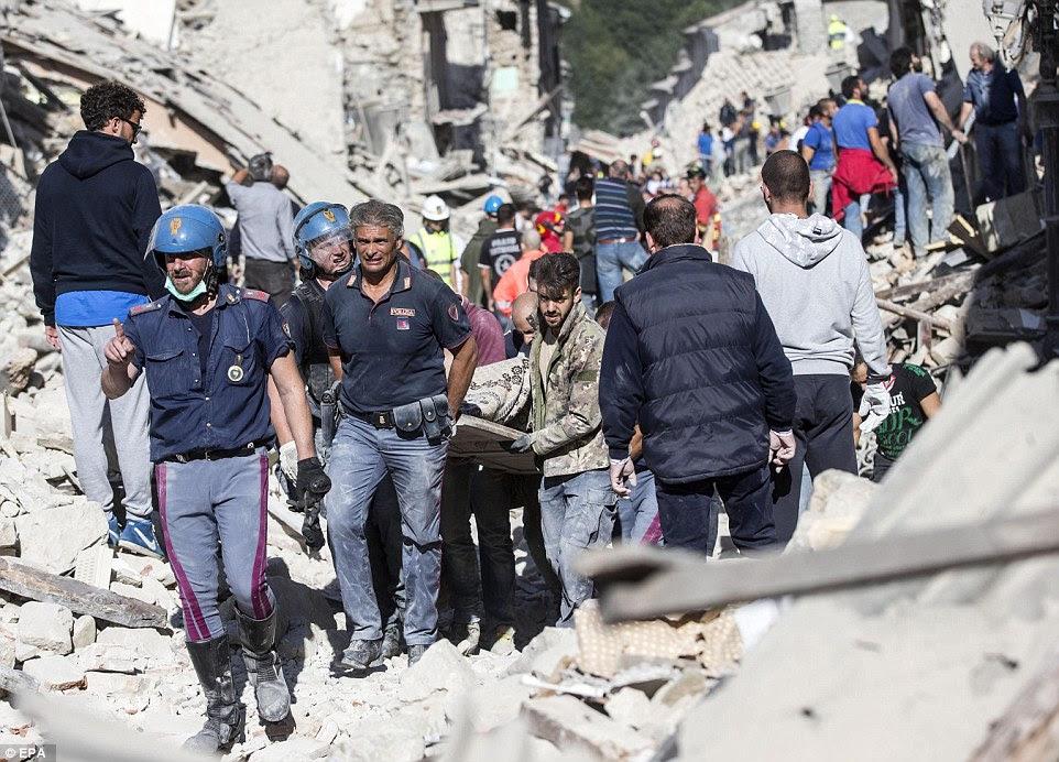 trabalho Gruelling: habitantes locais, equipes de resgate e da polícia todos se uniram em conjunto para retirar corpos dos escombros em Amatrice