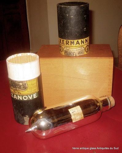 Liqueur du Père Kermann Cazanove. Flacon en verre soufflé églomisé. XIX ème by Verre Antique Glass Antiquités du Sud