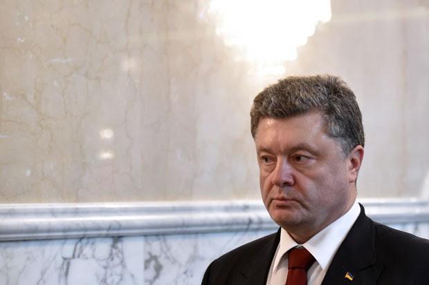 O presidente da Ucrânia, Petro Poroshenko, chega para negociações no palácio presidencial de Minsk nesta quinta-feira (12) (Foto: Kirill Kudryavtsev/AFP)