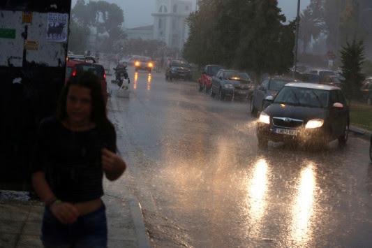 Καιρός: Βροχές και καταιγίδες ξανά – Ποιες περιοχές θα... μουλιάσουν