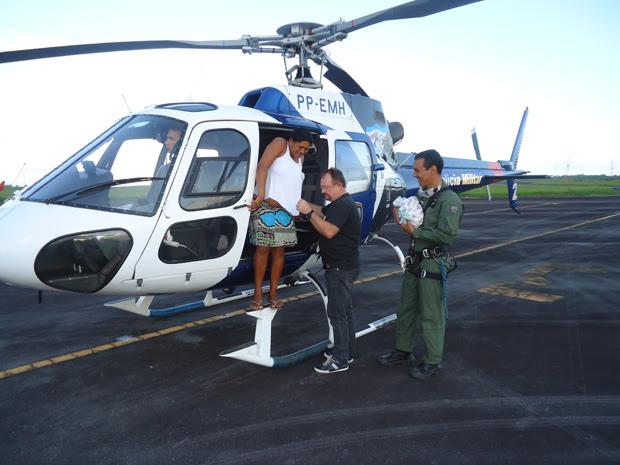 Helicóptero da PM foi enviado para buscar mulher que deu à luz em comunidade isolada pela cheia do Rio Doce, em Areal (Foto: Capitão Sérgio Luiz Anechini/ PMES)