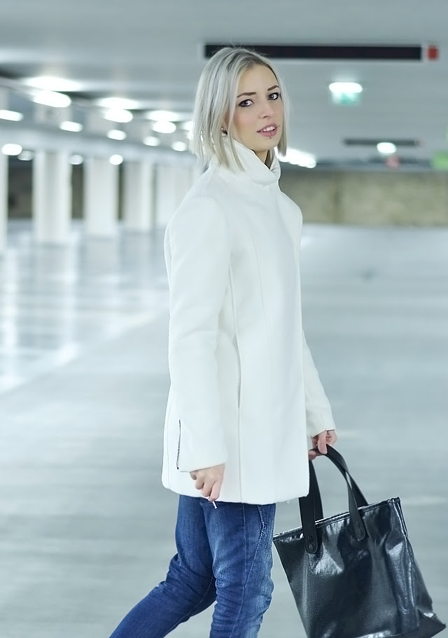 Outfit post by Belgian fashion blogger Turn it inside out / Belgische mode blogger, fashion blogger, blogger, outfit, street style, inspiration, winter outfit, what to wear in winter, how to wear white coat, white coat, mango white coat, mango, zara jeans, nike air force 1, nike, air force 1 black, go-britain, marc by marc jacobs bag, zara wool jumper, wool, marc jacobs, sneakers, maastricht, q-park, underground, parking, photoshoot, outfitshoot, nikon D3100, 50mm 1.8G lens, nikkor lens, objective