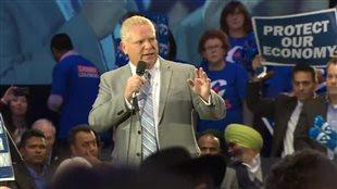 Doug Ford a présenté Stephen Harper lors d'un rassemblement en soirée à Etobicoke.