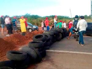 Na BR-406, em João Câmara, manifestantes fizeram uma barricada com terra e pneus para obstruir a passagem de veículos (Foto: Joabe Thales/G1)