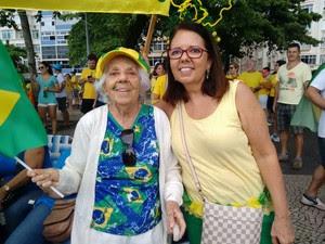 """MANIFESTAÇÃO/RIO (13H23): """"Venho a todas as manifestações. Está muito bonito. Muita gente"""" disse Lea Barretto, talvez a manifestante mais idosa do protesto que lotou a Praia de Copacabana. Dona Léa está com 92 anos e veio junto com a filha, Tereza Barrett (Foto: Nicolás Satriano / G1)"""