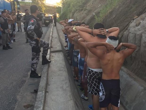 Torcedores foram presos depois de confusão em João Pessoa (Foto: Walter Paparazzo/G1)