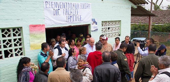Maurice Armitage madruga a conversar con la comunidad de La Elvira.