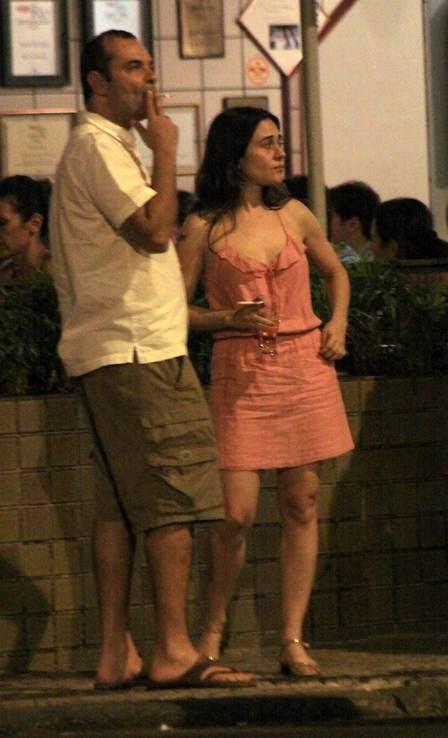 Alessandra Negrini no bar com um amigo