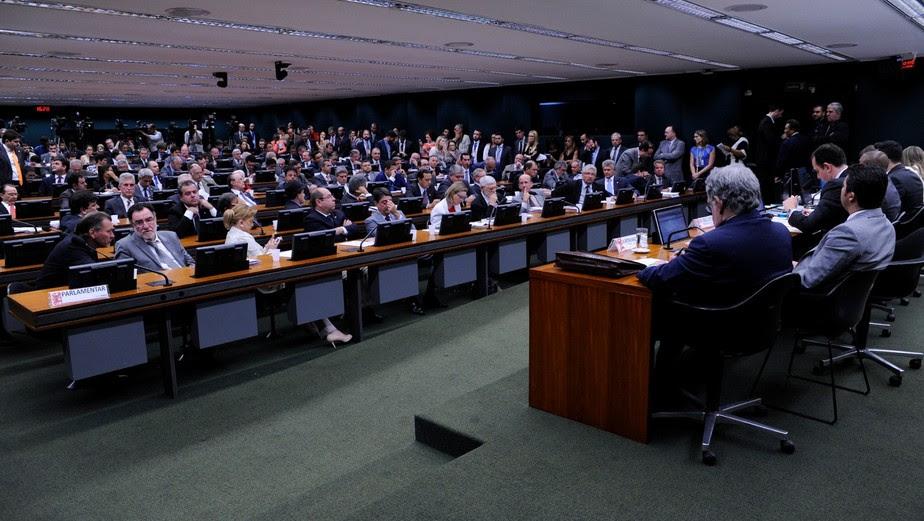 CCJ aprova novo relatório e recomenda ao plenário rejeitar denúncia contra Temer