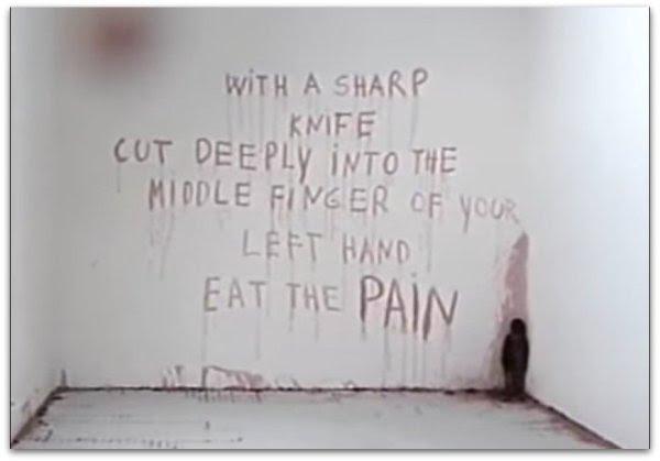 with-a-cuchillo de corte profundamente en-el-medio-dedo-de-su-izquierda-comer-el-dolor
