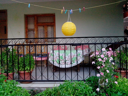 C'è una palla gialla by Ylbert Durishti