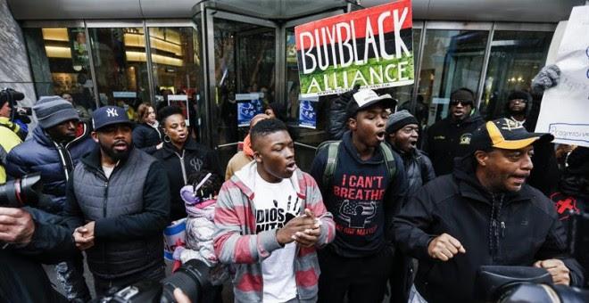Manifestantes piden la dimisión del alcalde de Chicago hace unos días por el caso del asesinato de Laquan McDonald. /EFE