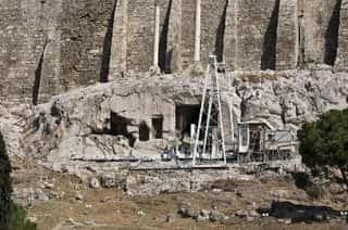 αθέατα σπήλαια της Ακρόπολης