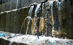 Sáng 21-3, nước vẫn tuôn ra trên thân thân đập thủy điện Sông Tranh 2/báo Đà Nẵng