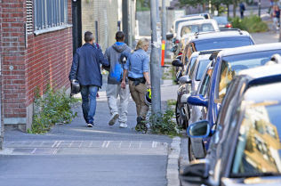 PÅGREPET: Her blir en mann i slutten av 20-årene ført ut av sivilkledd politi fra en bygård på Grünerløkka i Oslo under den storstilte politiaksjonen mandag.