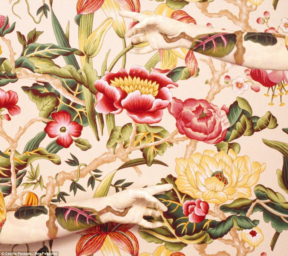 As mãos escondidas: Este wallpaper impressionante é prestado todos os becaue o mais dramático dos braços que estão apontando para as flores