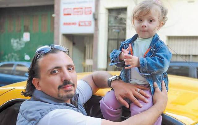 Un porteño maneja un taxi con su hijita de dos años a bordo