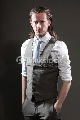 Junger Mann Mit Langen Haaren Ausdrucksstarken Gesicht Tragen Anzug