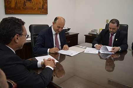 Dr. Marcos Machado, diretor-tesoureiro do CRF-SP (a esq), dr. Gianpaolo Smanio, procurador-geral de Justiça do Ministério Público e dr. Pedro Eduardo Menegasso, presidente do CRF-SP