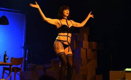 Luana Piovani fica só de lingerie em peça