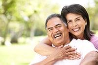 Foto de pareja de adultos mayores hispanos en un jardín