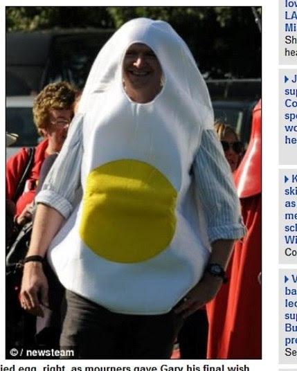 Um de seus amigos lembrou o amor incondicional de Pattison por junk food. Por isso alguns marcaram a presença fantasiados de bacon e ovo fritoRedes de fast-food mostram como podem ser nojentas