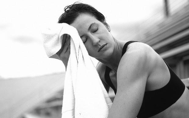 euatleta corredora cansada enxugando suor (Foto: Getty Images)