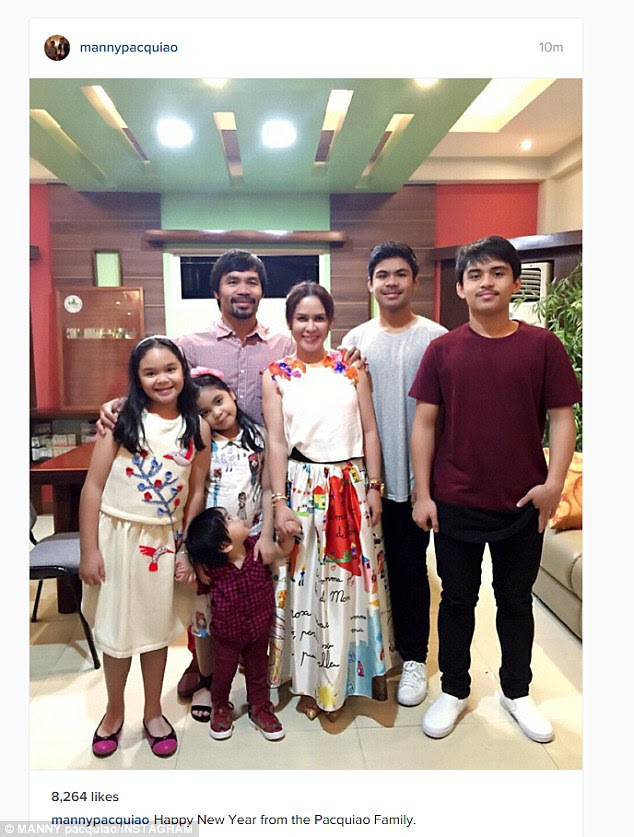Manny Pacquiao and his family posed for a New Year's photograph
