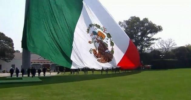 """Colocan al revés a la bandera en su día; """"no importa"""", dice EPN"""