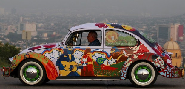 Artista pintou o carro para exposição sobre os anos 1960 (Foto: Daniel Becerril / Reuters)