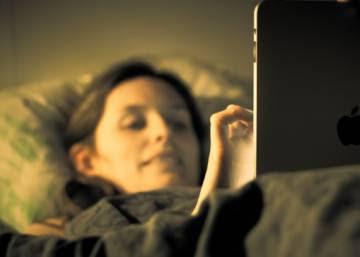 El uso de 'smartphones' y tabletas antes de dormir multiplica los problemas de sueño