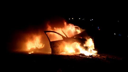 Golf pegou fogo após bater em outro veículo e motorista teve o corpo carbonizado